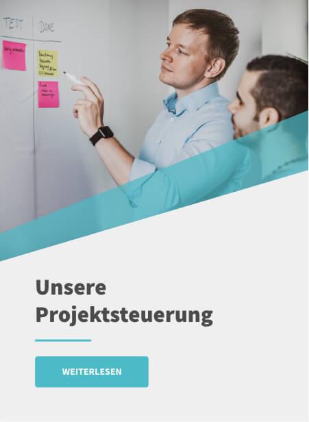 Projektsteuerung: Vergleich klassischer und agiler Vorgehensweisen - Entwickler an Whiteboard